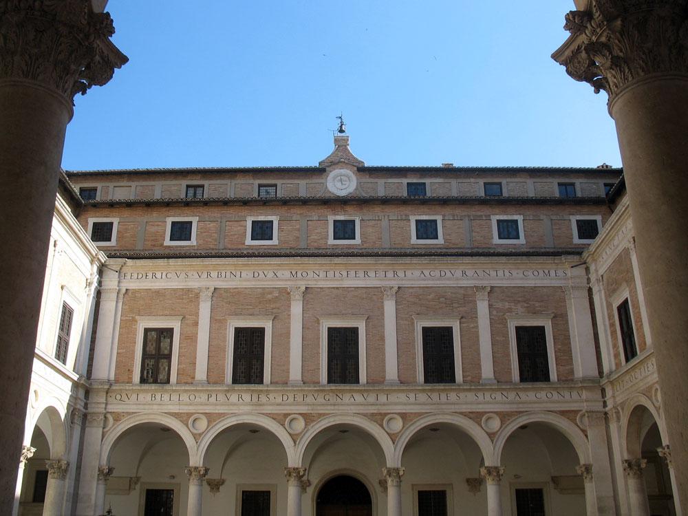 Cortile-Palazzo-Ducale-Urbi