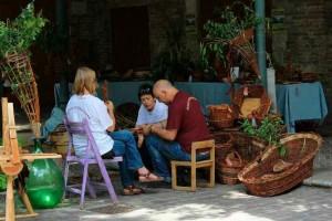 Mani che intrecciano Urbino weaving festival and market